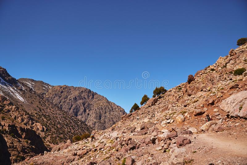Populäre Wanderungsspur zu den Gebirgsschutz und zu Toubkal-Spitze stockbild