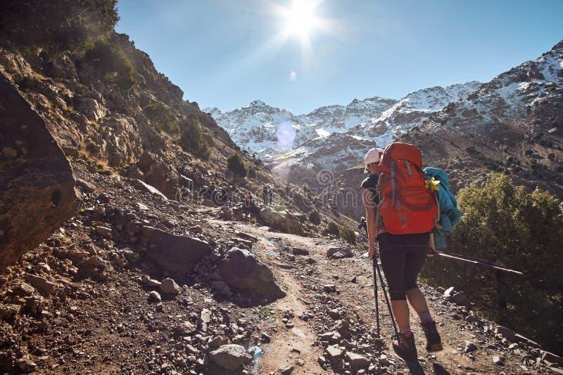 Populäre Wanderungsspur zu den Gebirgsschutz und zu Toubkal-Spitze stockfotos
