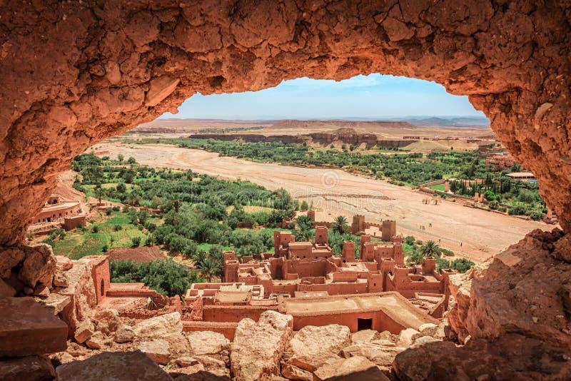 Populärer Gesichtspunkt des Tales des verwüstenden Flusses Onila durch ein Loch in einer Wand von altem Kasbah in AIT-Ben lizenzfreie stockbilder