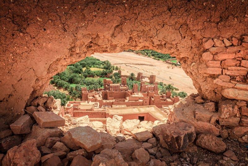 Populärer Gesichtspunkt des Tales des verwüstenden Flusses Onila durch ein Loch in einer Wand von altem Kasbah in AIT-Ben stockfotos
