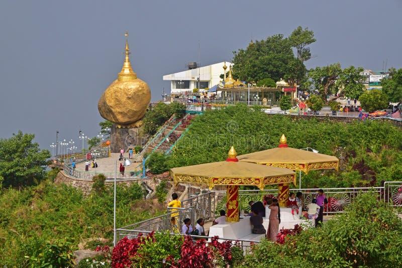 Populärer goldener Felsen mit zwei Betrachtenplattformen im Vordergrund stockfotos