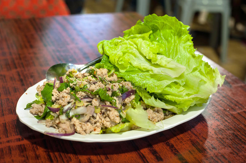 Populärer thailändischer Teller der Grundschweinefleisch- und Kopfsalatblattverpackung lizenzfreies stockfoto