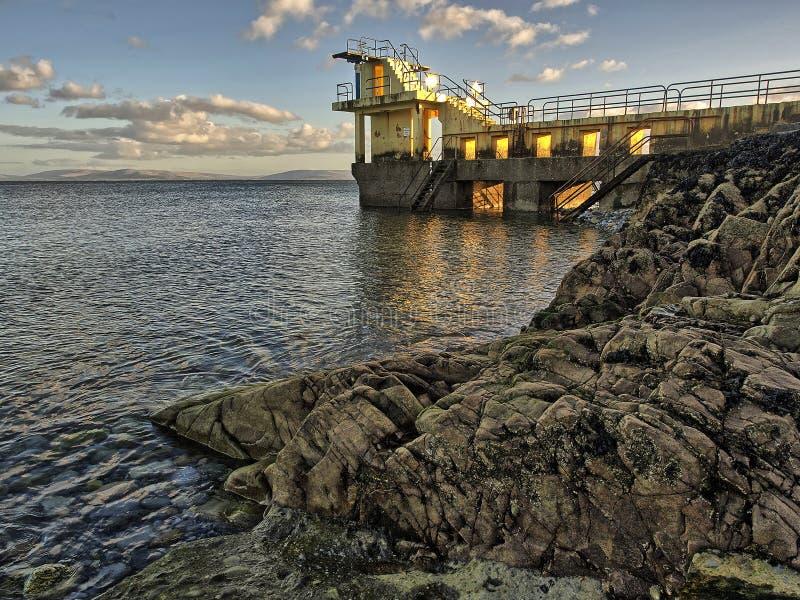 Populärt turistställe, svart vatten som dyker tornet, Salthill, Galway stad, Irland royaltyfria bilder
