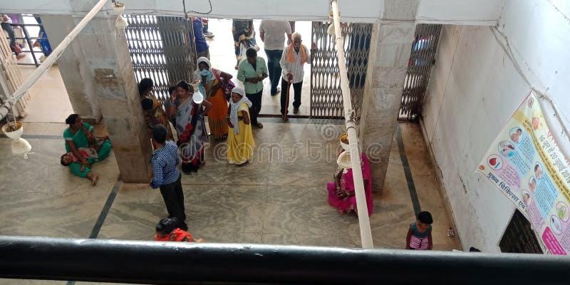 população da vila indiana multidão na fila de recepção do hospital público na índia aug 2019 fotos de stock royalty free