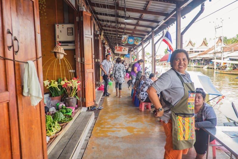 População tailandesa desconhecida e turistas vêm visitar o mercado flutuante de Amphawa em horário de férias foto de stock royalty free