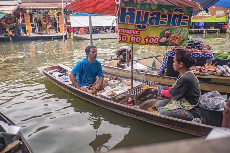 População tailandesa desconhecida vendendo comida local no barco em Amphawa Flutuando no mercado de férias imagens de stock