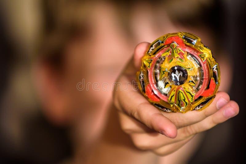 Populair jonge geitjesspeelgoed Weinig Kaukasische jongen aangetoonde Beyblade stock fotografie