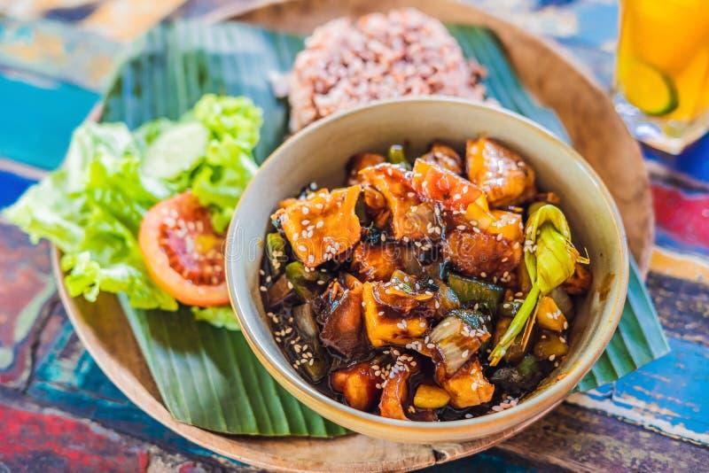 Populaire Balinese maaltijd van rijst met verscheidenheid van bijgerechten die samen met de rijst en meer als facultatieve supple stock afbeeldingen