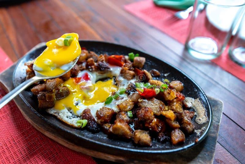 Populaire Filipion-schotel - varkensvlees sisig stock foto's