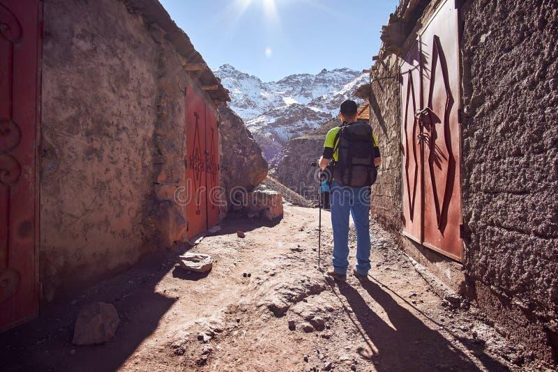 Populaire stijgingssleep aan bergtoevluchtsoorden en Toubkal-piek stock fotografie