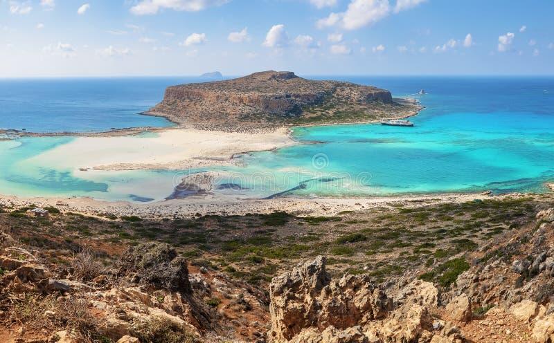 Populaire toeristische toevlucht, kust van eiland Kreta, Griekenland Prachtig landschap van een rotsachtige heuvel, Balos-strand  stock afbeeldingen