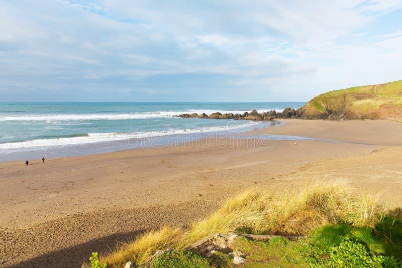 Popular británico de Devon England de la playa de Challaborough para practicar surf cerca de la isla y del Bigbury-en-mar del mun foto de archivo libre de regalías
