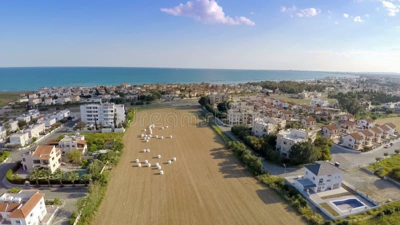 Popularna miejscowość wypoczynkowa przy nadmorski w Cypr, piękny antena strzał, turystyka obrazy stock