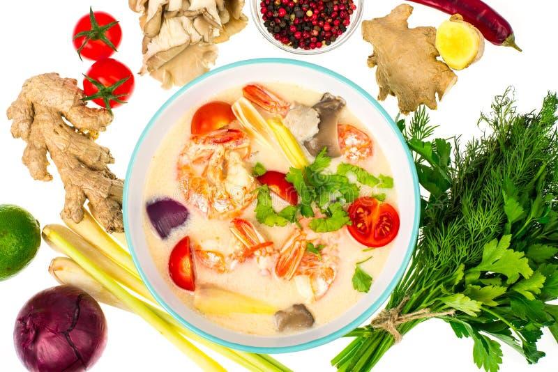 Popularna Tajlandzka Tom ignamu polewka z krewetkami i warzywami na białym tle zdjęcia royalty free