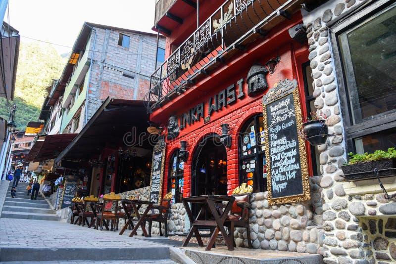 Popularna ulica w Aguas Calientes mieście fotografia stock