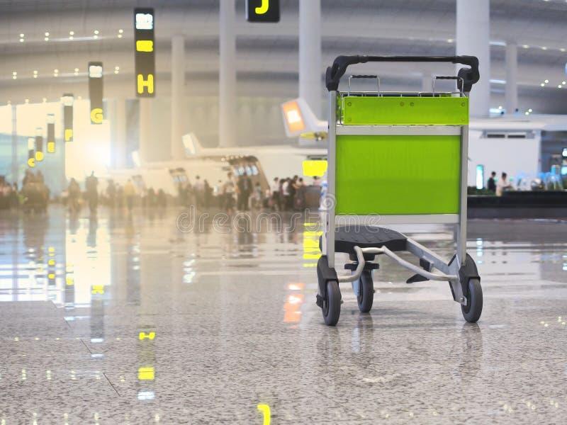Popularni lotniskowi loty są popularni I tam są wiele ludzie używać usługi Ten wizerunek jest rozmyty zdjęcie royalty free