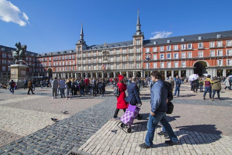 Popularny kwadrat miasto odwiedzał turystami i gościami Madryt placu Mayor zdjęcia stock