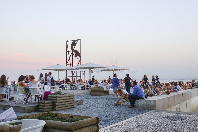 Popularny riverwalk przy Almada w Lisbon obrazy stock