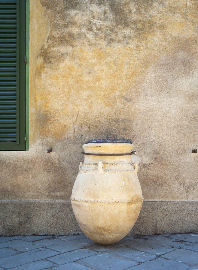 Populonia y x28; Livorno, Tuscany& x29; , tarro de cerámica etruscan típico Imagen del color imagenes de archivo