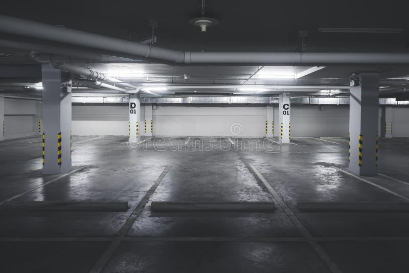 Porão vazio da construção do parque de estacionamento subterrâneo foto de stock royalty free