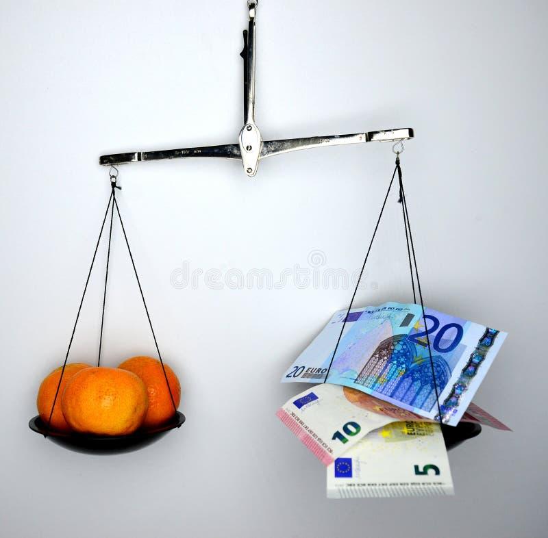 Porównania jedzenie jest target4_0_ znacząco niż pieniądze obraz stock