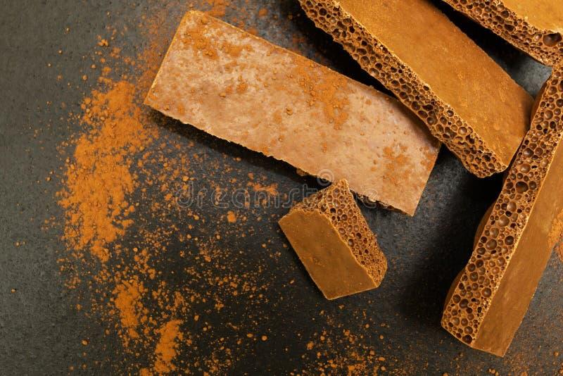 Poröse Schokolade auf einem schwarzen Hintergrund lizenzfreies stockbild