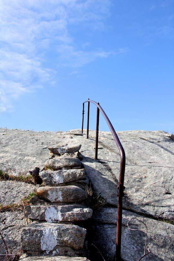 Poręcz obok kamiennych schodków iść up góra zdjęcia royalty free