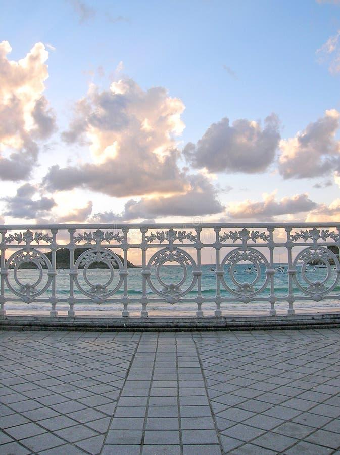 Poręcz plaża w San Sebastian przy zmierzchem obrazy stock