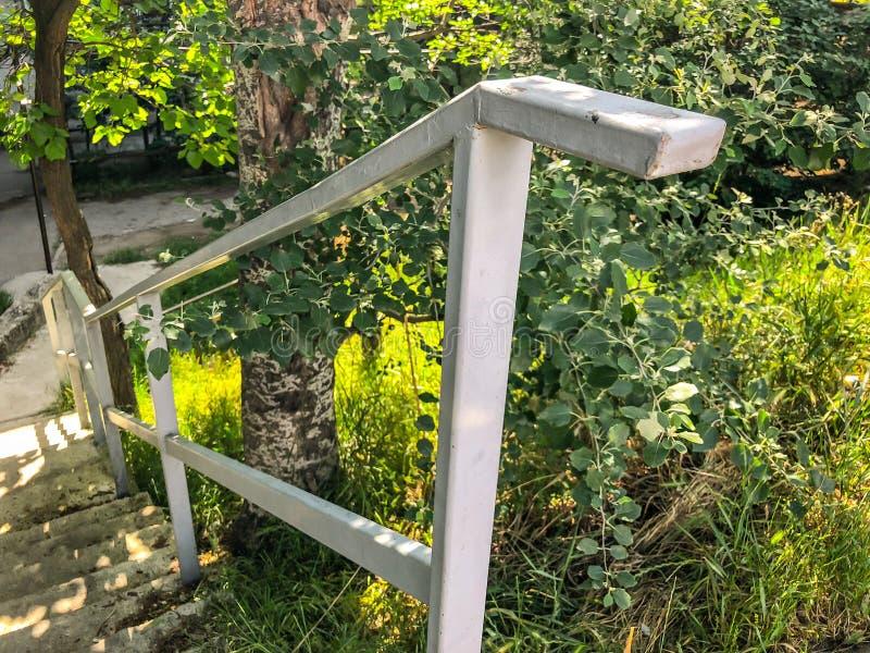 Poręczy kroki, pochodzący dno podwórze dom zdjęcia stock