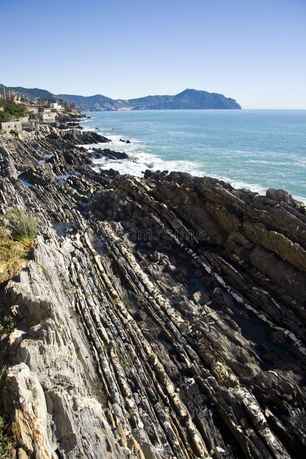 Por completo de la costa de las rocas fotos de archivo libres de regalías