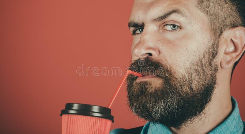 Por completo de la energía Varón con la barba  Café de la buena mañana  imagenes de archivo