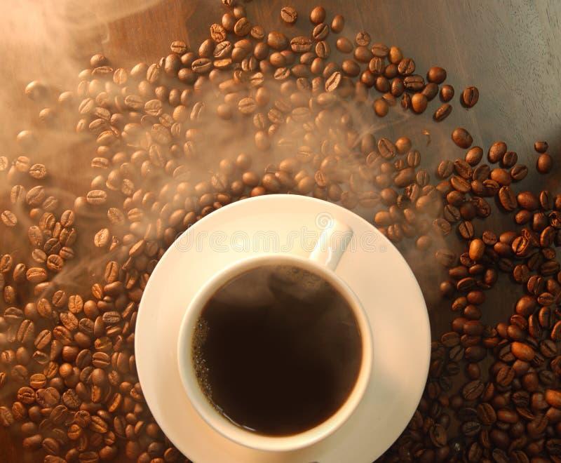 Por completo del grano de café del humo imagen de archivo libre de regalías