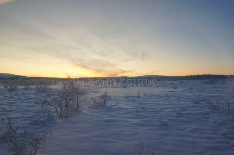 Por do sol ártico frio para as férias da lua de mel ou o inverno do divertimento que viajam para o papel de parede fotografia de stock royalty free