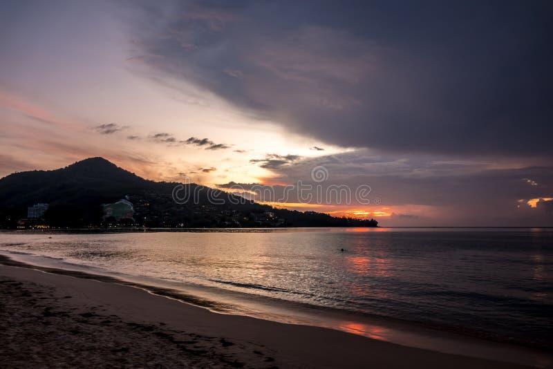 Por do sol épico em Tailândia, Phuket imagem de stock