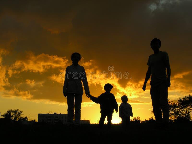 Por do sol 3 do agregado familiar com quatro membros fotografia de stock royalty free