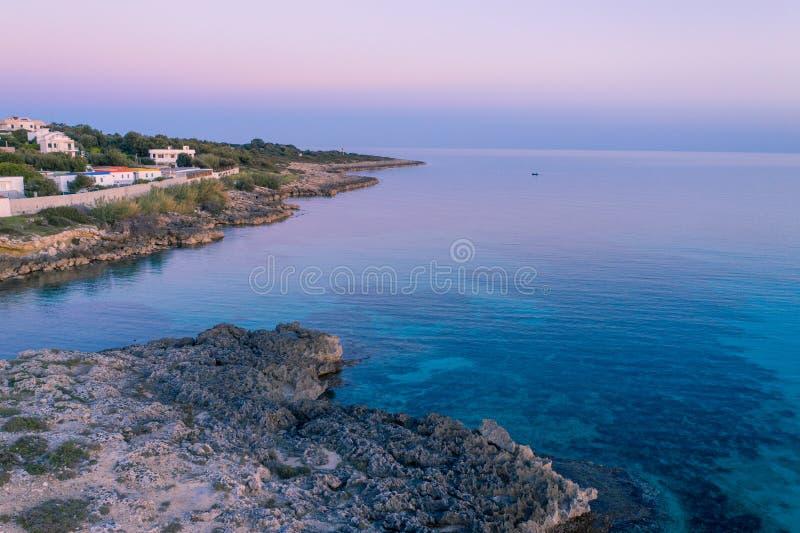 Por do sol aéreo do litoral sobre o mar Mediterrâneo C?u roxo imagens de stock