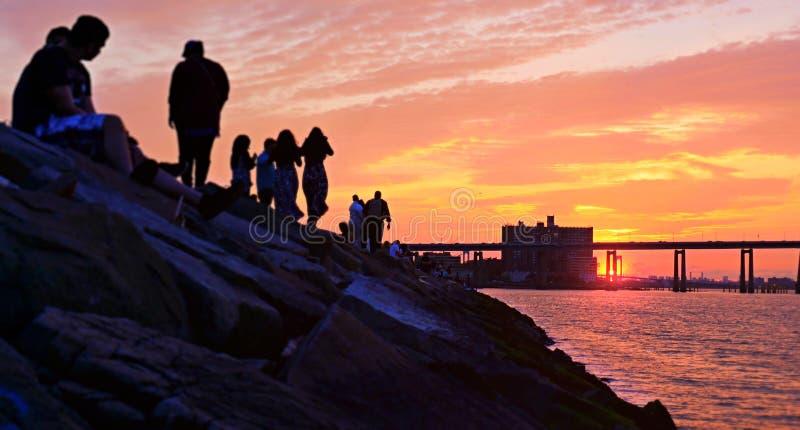 Por do sol abaixo da ponte de Manhattan imagem de stock royalty free