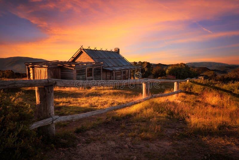 Por do sol acima da cabana de Craigs nos cumes vitorianos, Austrália imagens de stock