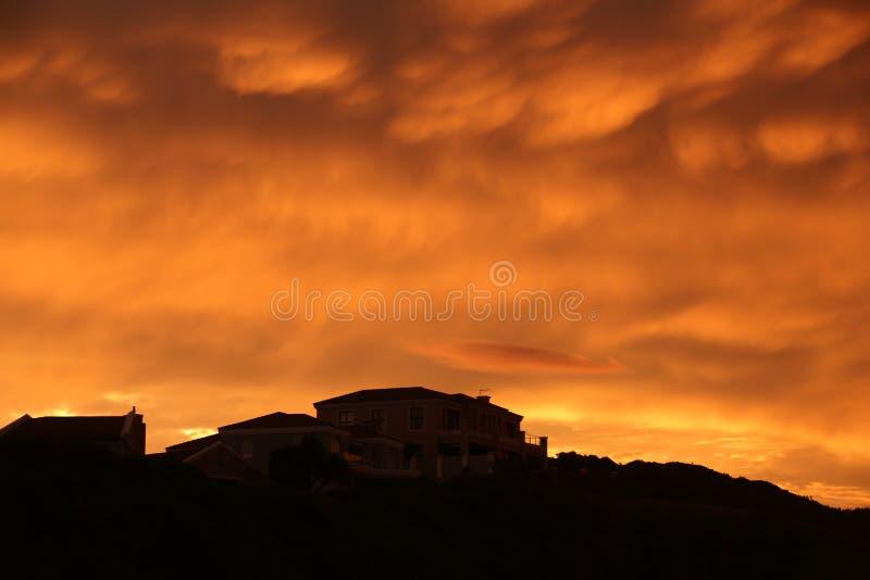 Por do sol acima da casa fotografia de stock royalty free