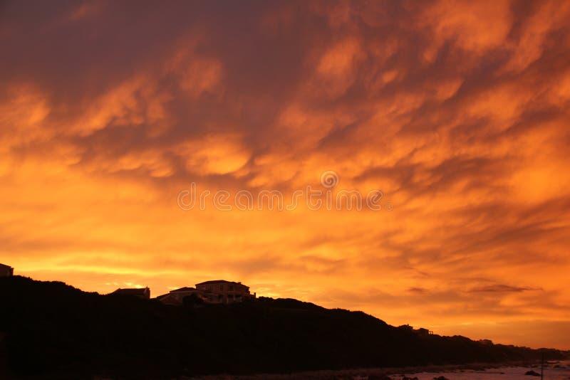 Por do sol acima da casa fotos de stock royalty free