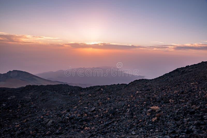 Por do sol acima da costa de Tenerife vista da montanha de Teide, Espanha fotografia de stock royalty free