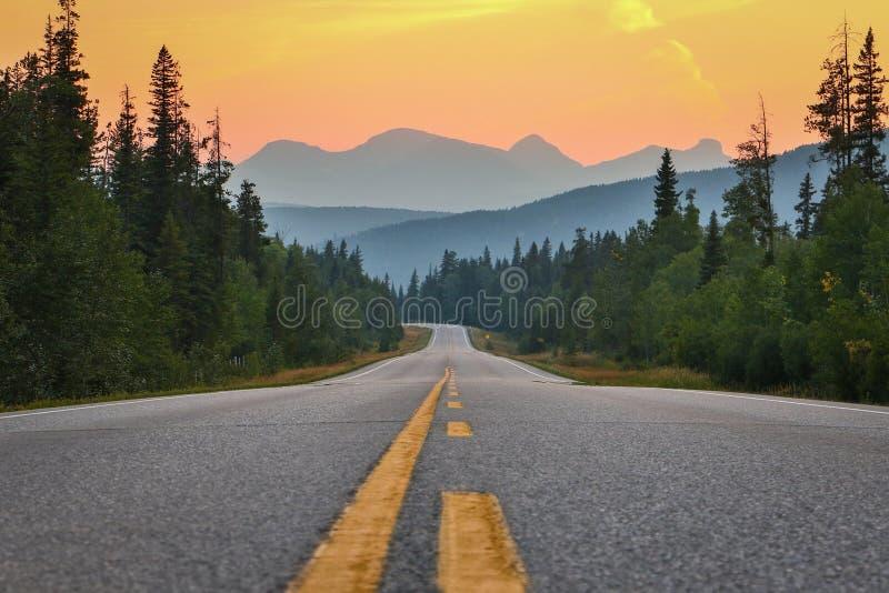 Por do sol acima da estrada e das montanhas, Canadá do sul foto de stock royalty free