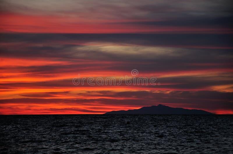 Por do sol acima da ilha de Montecristo, Toscânia Itália fotografia de stock