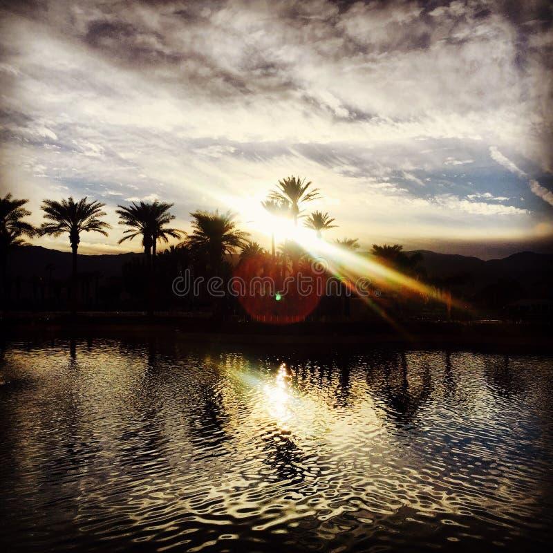 Por do sol acima das montanhas do deserto com água em Palm Desert Califórnia EUA fotografia de stock