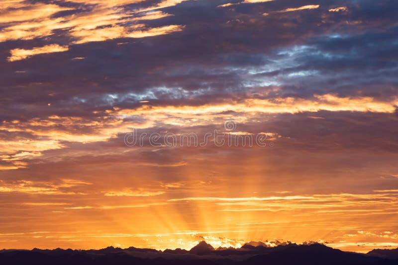 Por do sol acima das montanhas em China fotografia de stock