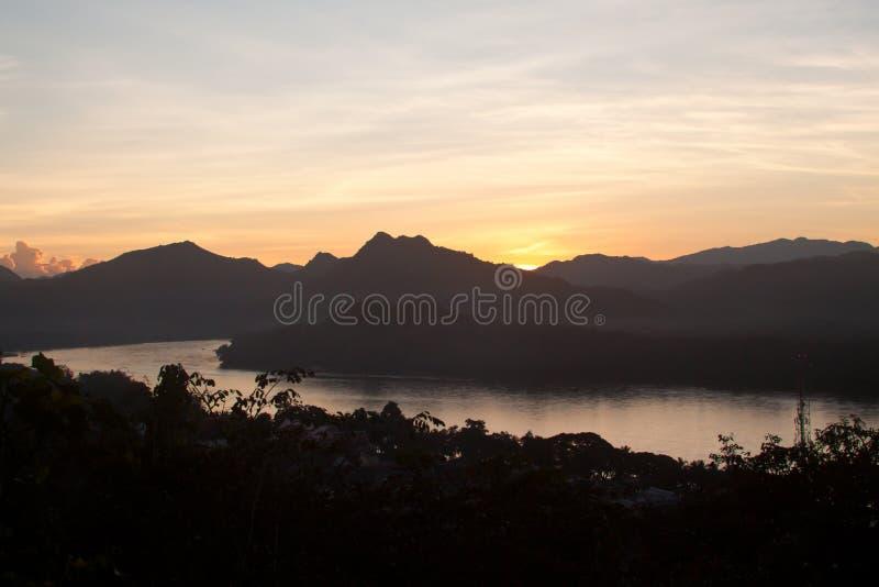 Por do sol acima de Mekong River em Luang Prabang, Laos imagens de stock