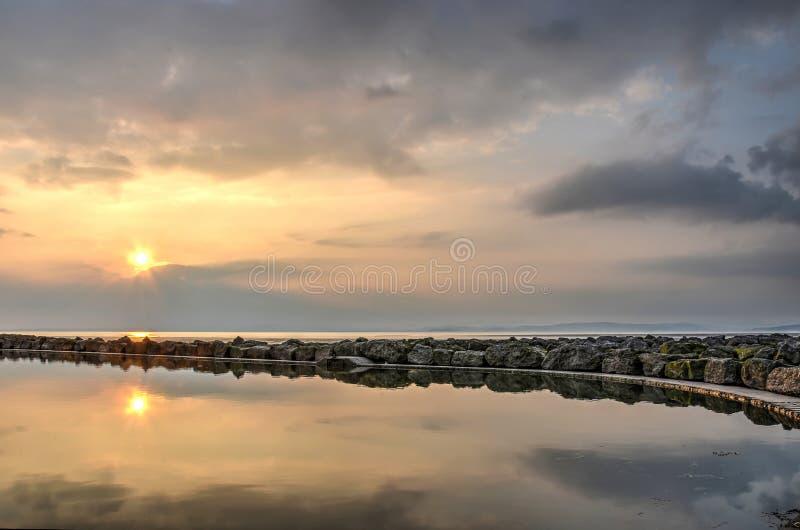 Por do sol acima de uma associação na praia imagens de stock royalty free