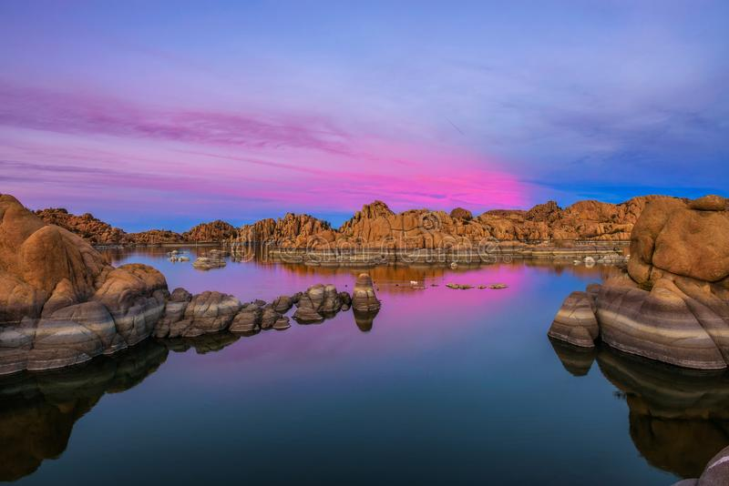 Por do sol acima de Watson Lake no Prescott, o Arizona imagem de stock