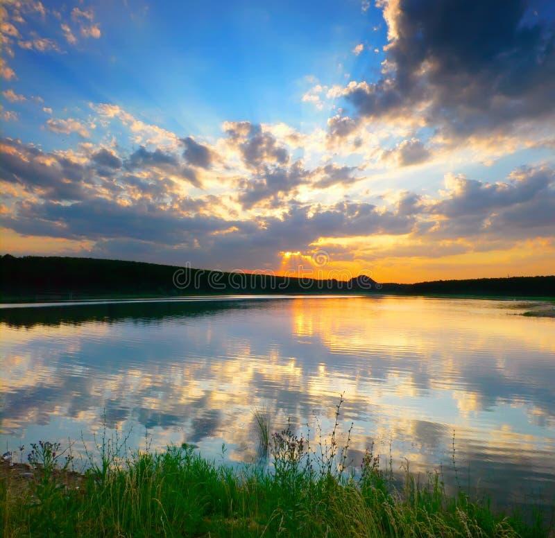 Por do sol acima do rio imagens de stock