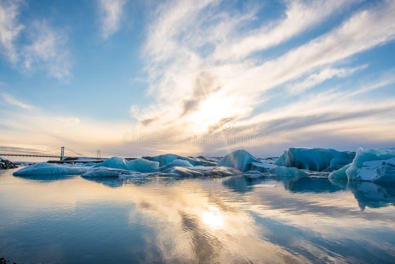 Por do sol acima dos iceberg na lagoa da geleira de Jokulsarlon em Isl?ndia foto de stock royalty free